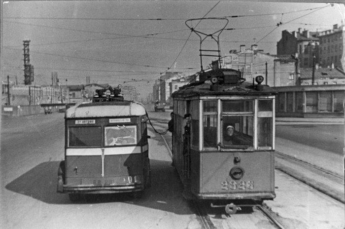Буксировка троллейбуса в парк. Ленинград, 1942 год. /Фото:fotocdn.net