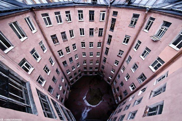 Дом-восьмиугольник со двором-колодцем внутри. /Фото:vk.com/vezenin
