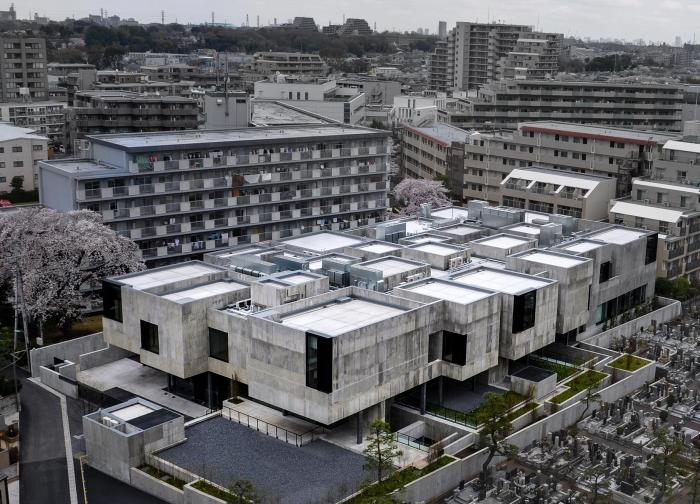 Здание отлично вписалось в малоэтажный пригород Токио.