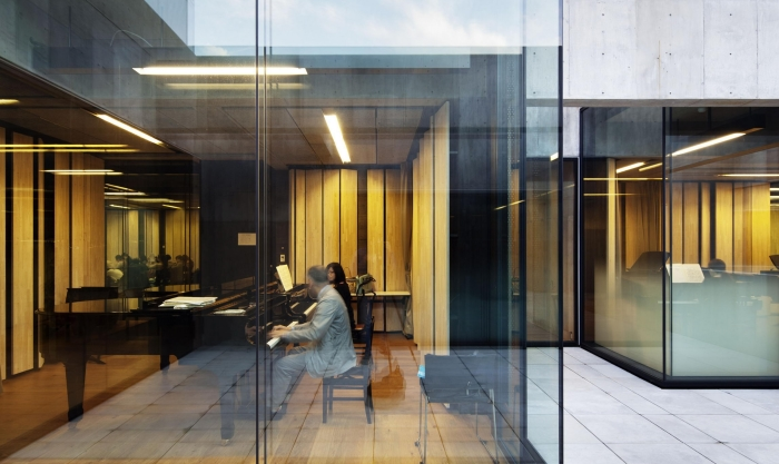 Звукоизоляция при прозрачных стенах. /Фото:medium.com