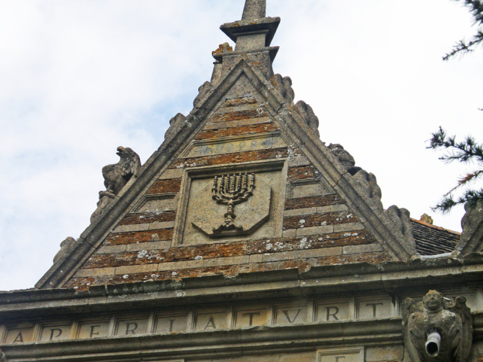 Свой замок Трешем украсил цитатами из Священного Писания. /Фото:advisor.travel