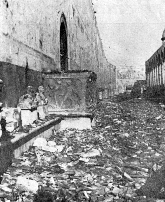 Кладбище очень сильно пострадало от обстрелов, бомбардировок и пожара. /Фото:lesflaneursmagazine.it