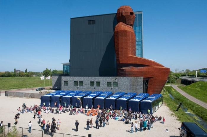 Часть здания выглядит как человек-гигант. /Фото:analitic.livejournal.com