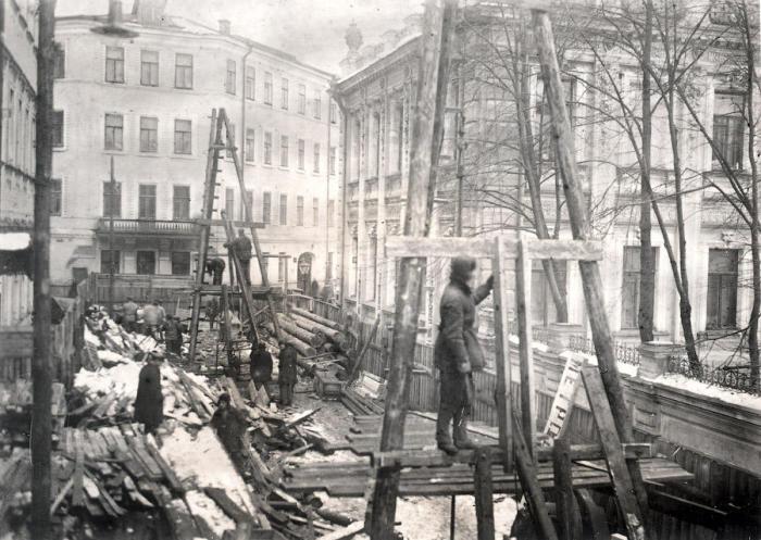 Соседство с такой стройкой жителям центра Москвы, конечно, не очень понравилось. /Фото:omj.ru