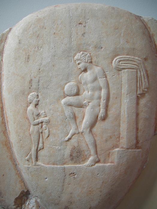 Древнегреческий «футболист» чеканит мяч. Изображение на чердаке Лекифа, Пирей, 400-375 до н. э. /Фото: makpro.com