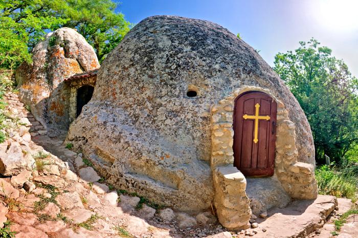 Храм-пещера в камне. /Фото:nat-geo.ru