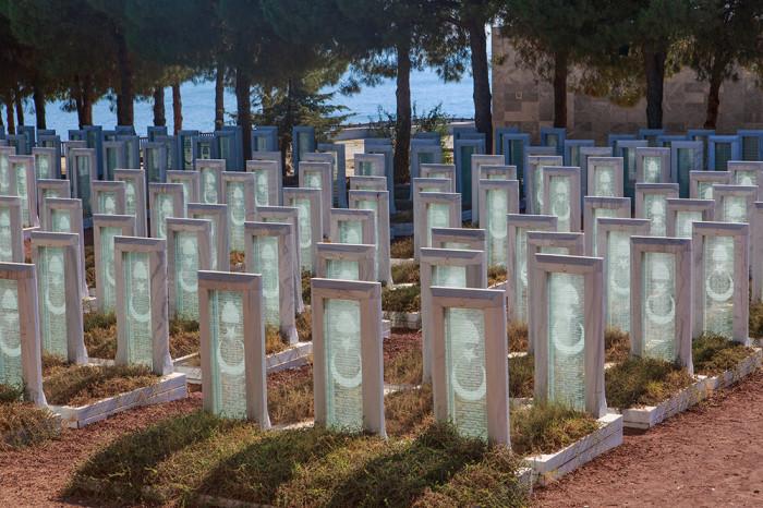 Турки одинаково уважительно относятся к могилам своих погибших предков и австралийцев-захватчиков.