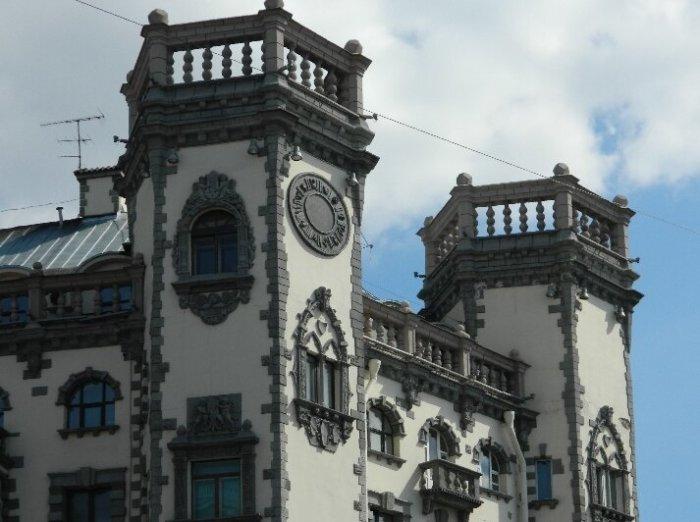Оригинальные башни, одну из которых украшают знаки зодиака. /Фото:yandex.ru/