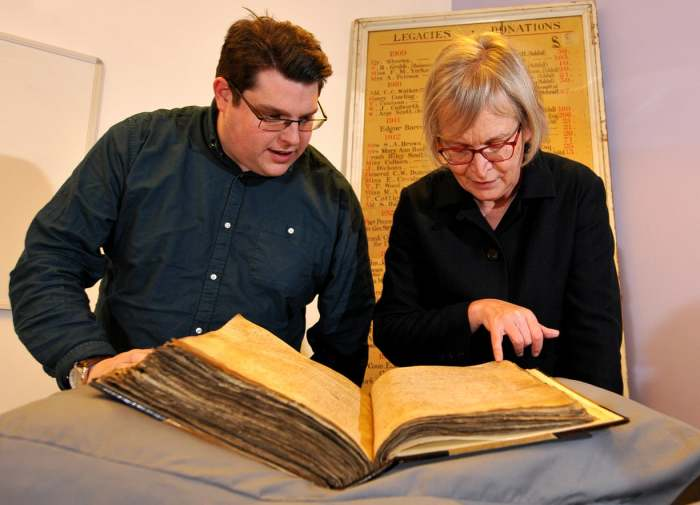Гэри Брэннан и Сара Рис Джонс изучают один из регистров архива. Фото: york.ac.uk