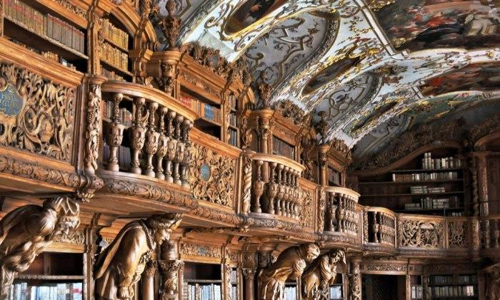 Одна из самых красивых библиотек с загадочными скульптурами. /Фото:panoramio.com
