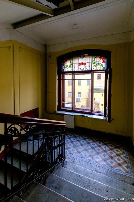 Парадная с витражным окном. /Фото:nau-spb.livejournal.com