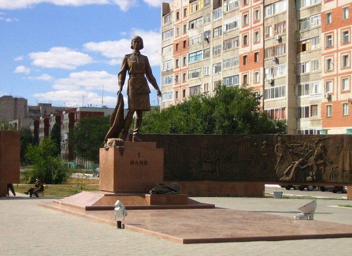 Памятник Молдагуловой в городе Актобе. /Фото:aeslib.ru