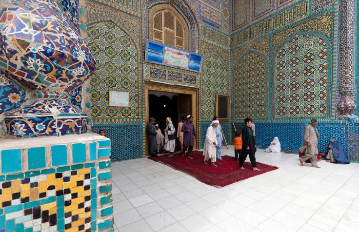 Иноверцев пускают в мечеть, но в мавзолей Али им вход запрещен. /Фото:varlamov.me