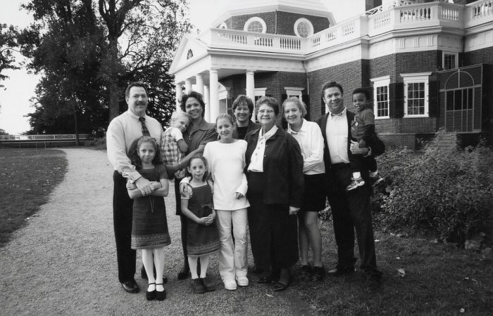 Потомки Салли по линии ее сына Мэдисона напротив того самого дома в Вирджинии. /Фото:dailymail.co.uk