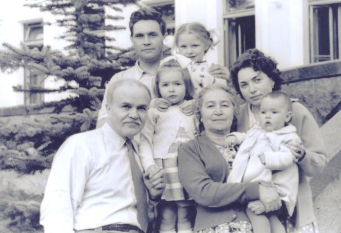 Супруги-коммунисты с дочерью, зятем и внуками через четыре года после освобождения Полины./ Фото: архив Советского районного краеведческого музея