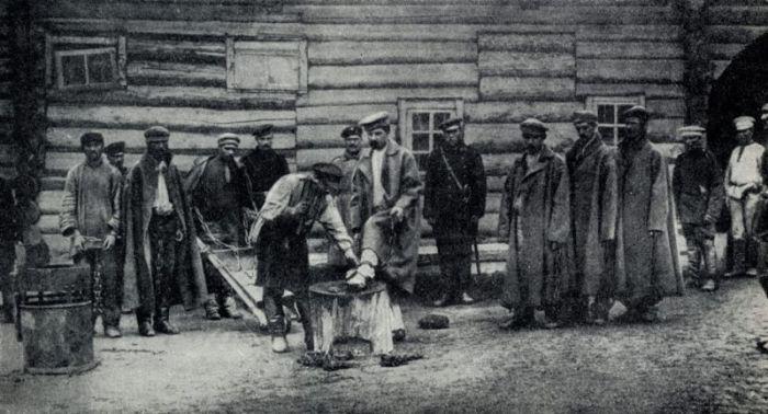 Каторжников заковывают в кандалы. /Фото:livelib.ru