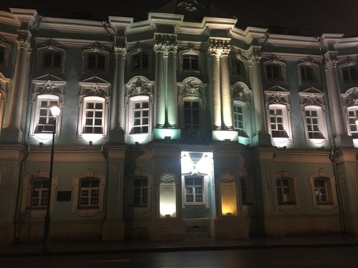 Этот шикарный дом-дворец пережил многое. В позапрошлом веке в здании был пожар и выгорела часть внутренних помещений, а в советские годы граждане сожгли почти все деревянные элементы и мебель. /Фото:2gis.com