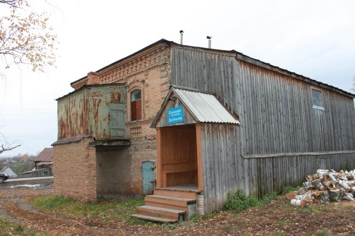 Со стороны деревянной пристройки здание выглядит не очень привлекательно. Она явно была сделана позже./Фото:hautiev-sh.livejournal.com/