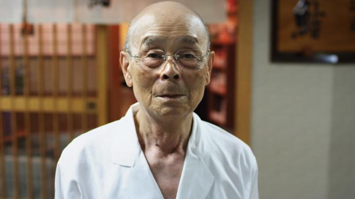 Ему 93 года и он понимает, что ему осталось недолго, но пока он полон сил и желания делать суши всё лучше и лучше. /Фото:tatil.uz