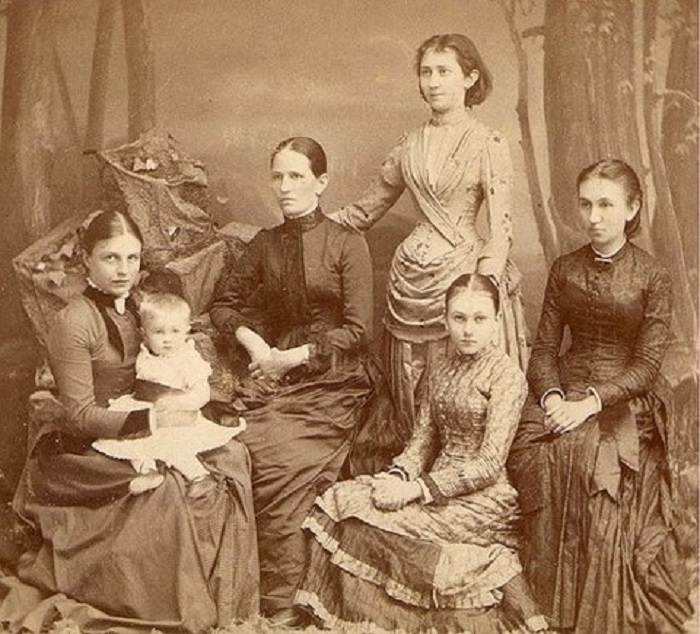 Семья Базановых. Слева Варвара с ребенком, в центре - ее мать.
