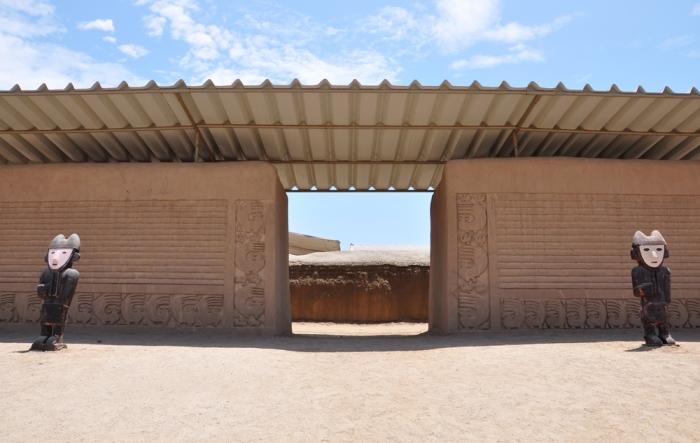 Обычно ритуалы совершались здесь, в городе Чиму, но почему останки детей обнаружены в нескольких километрах отсюда, в пустынной местности? /Фото: ridus.ru