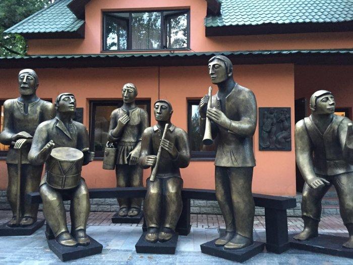 Музыканты возле дома. /Фото:raenza.ru