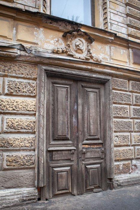 Над старинной дверью - серп и молот вместо купеческого вензеля. /Фото:sibmama.ru