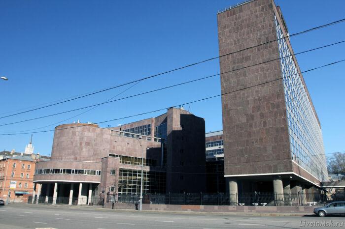 Это здание на ножках строили во времена НЭПа. /Фото:liveinmsk.ru
