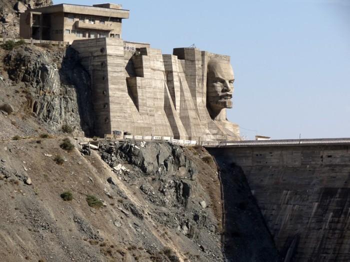Гигантская голова вождя мирового пролетариата отлита в бетоне. /Фото:knews.kg