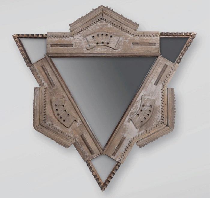 Треугольное зеркало из старых наличников./ Фото:elledecoration.ru