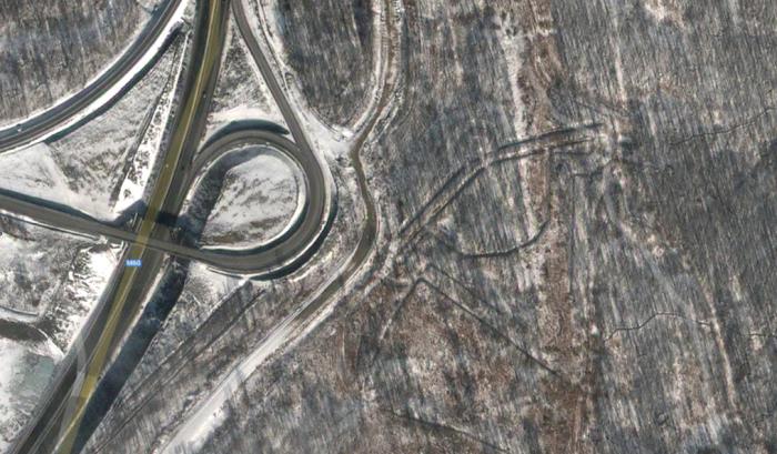 Приглядевшись, рядом с петлёй автодороги можно увидеть гигантский рисунок.