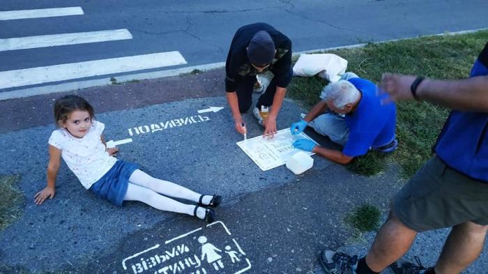 Наносить предупреждающие надписи Дмитрию и его товарищам помогают местные жители.