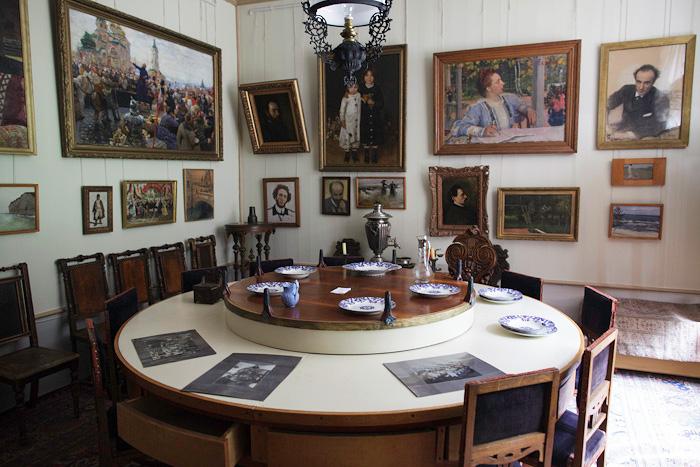 Знаменитый репинский стол до сих пор можно увидеть в его музее-усадьбе. /russkiymir.ru