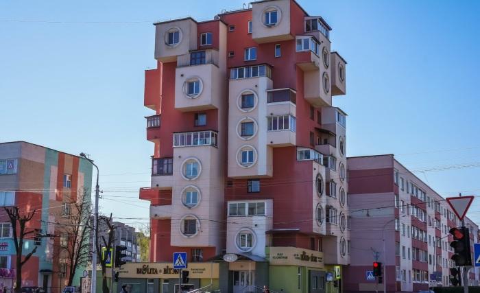 Даже застеклённые балконы не помешают разглядеть на доме фигуры тетриса. /Фото:a.d-cd.net.
