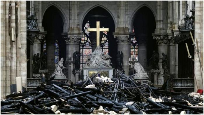 Последствия разрушительного пожара. /Фото:Ludovic Martin/AFP/Getty Images