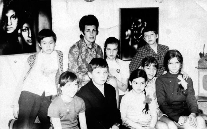Виктор Цой (крайний слева) в художественной школе. 1973 год. /Фото:pravda-nn.ru