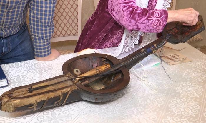 Этот древний кобыз, принадлежавший известному баксы из Жезказгана Досымбаю Итемгенулы, передается из поколения в поколение. Инструменту уже три века. /Фото:khabar.kz
