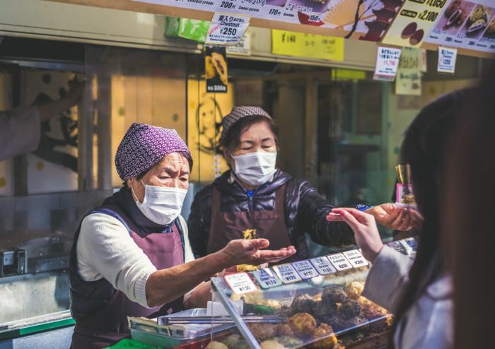 В некоторых префектурах уже смягчен режим самоизоляции. /Фото: Джереми Стенуит/unplash.com