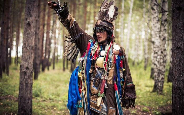 Певец, исполнитель этнической музыки Тюрген Кам в образе шамана. /Фото: Светлана Нурмухаметова, tyurgenkam.com