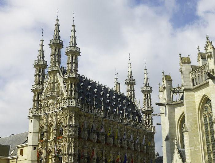 Скульптуры есть не только на стенах, но и на башнях. /Фото:planetofhotels.com