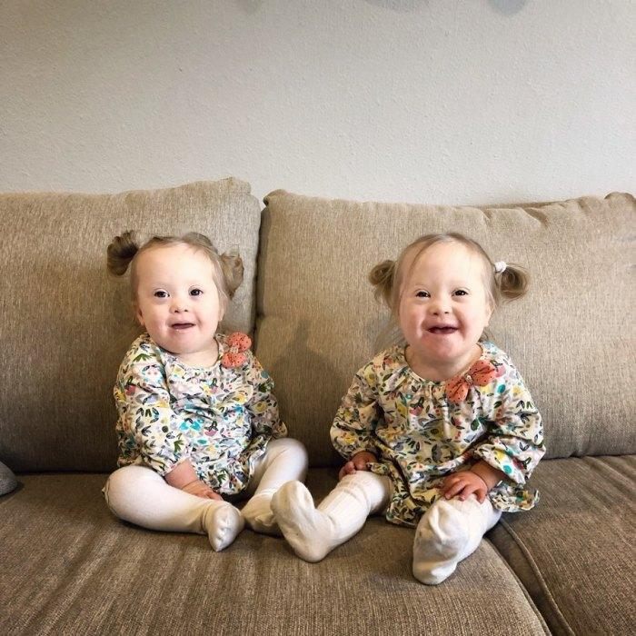 Невероятно улыбчивые малышки с синдромом Дауна покорили Интернет.