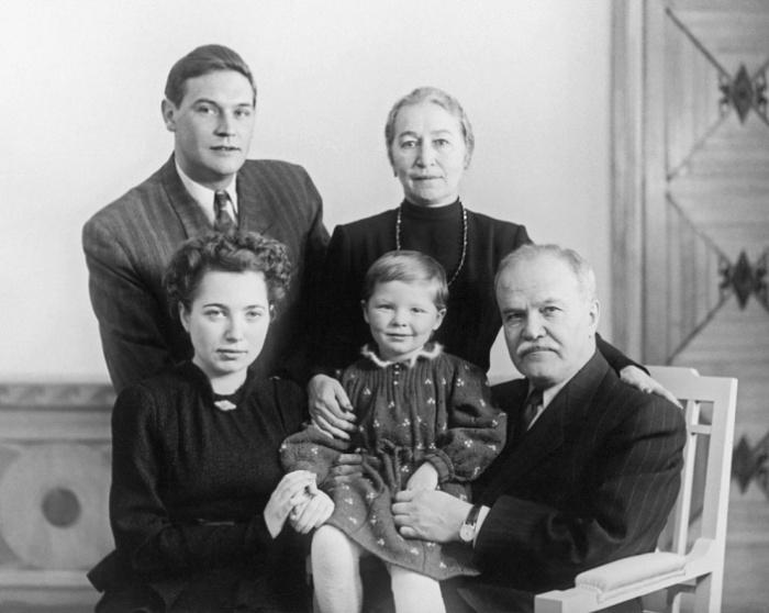 Жемчужина с мужем и домочадцами после освобождения./Фото:izbrannoe.com