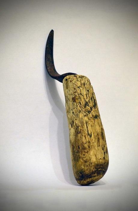 С помощью такого крючка, по мнению историков, плели лапти. /Фото: wikipedia.org
