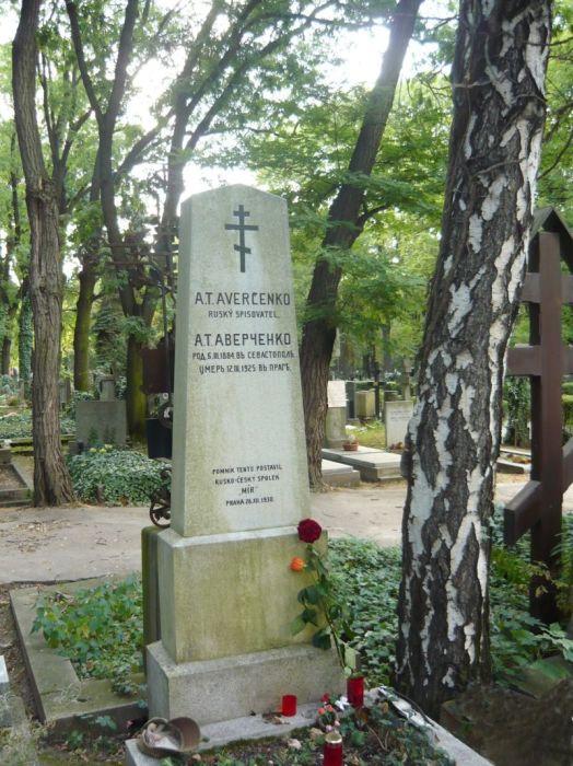 Могила Аркадия Аверченко в Праге. По поводу даты его рождения до сих пор идут споры. /Фото:wikipedia.org