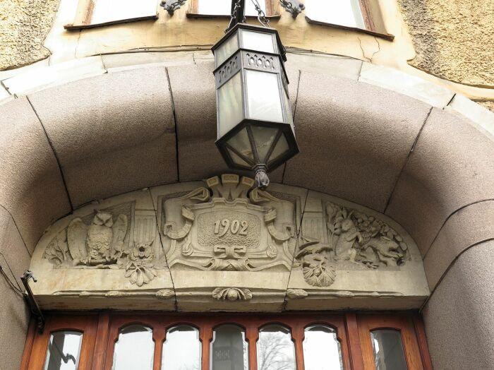 Навершие портала, на котором указана дата постройки корпуса. Справа заяц, а слева - сова. /Фото: gradpetra.net