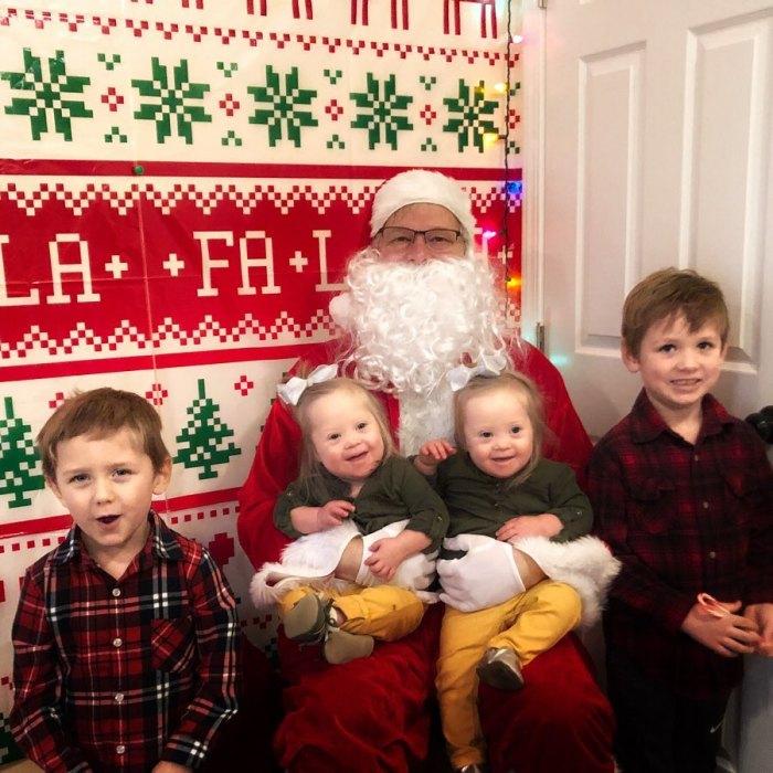 Малышки с родителями и старшими братьями в Рождество.