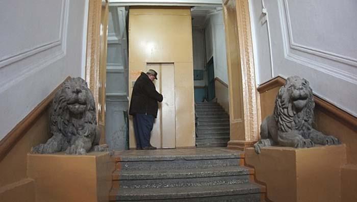 Подъезд дома в наши дни. /Фото: АиФ-Владивосток.