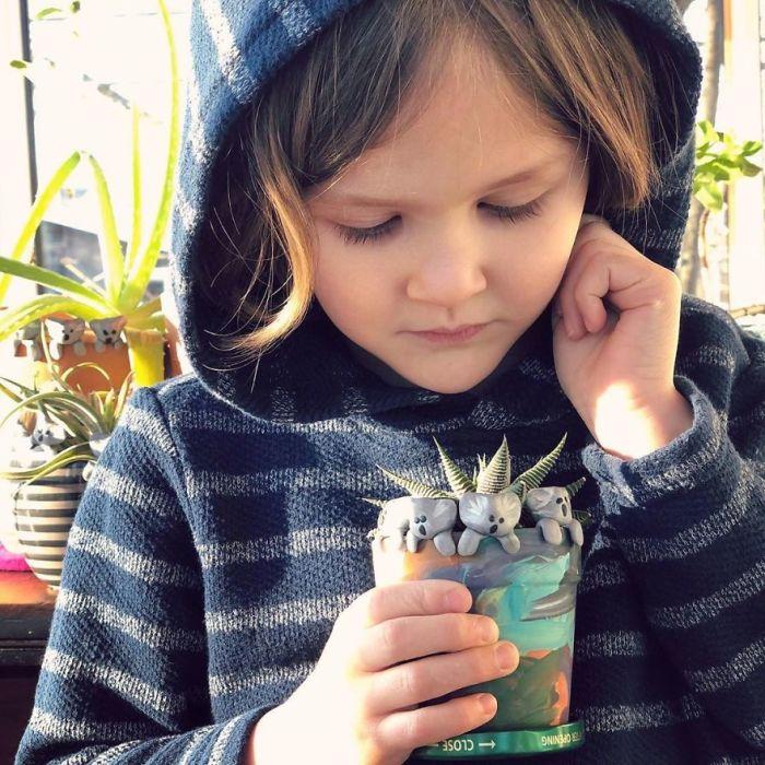 Мальчик верит, что его глиняные зверушки помогут спасти коал.