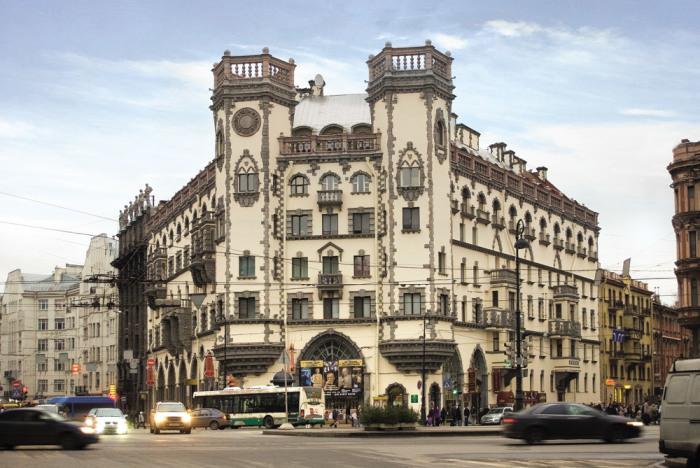 По форме здание чем-то похоже на раскрытую книгу, тем не менее, у него нет строгой симметрии. /Фото:pensioner-spb.ru