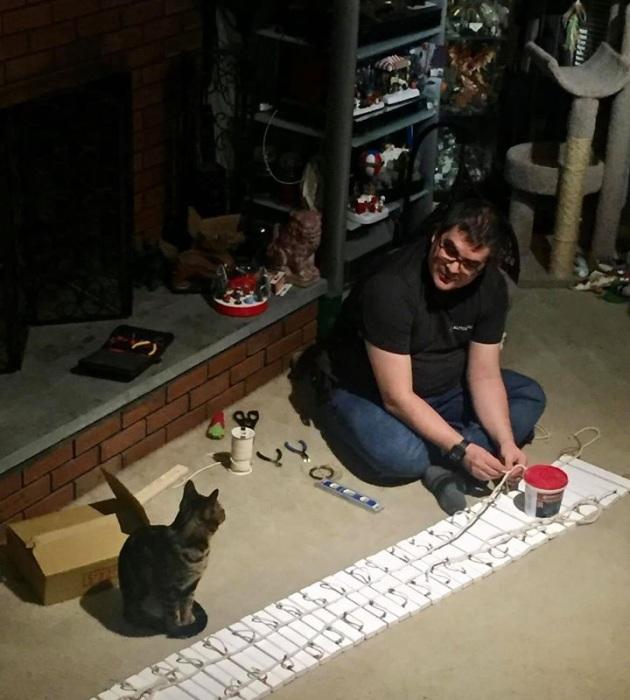 Роб вложил в свой проект тонны труда, а кошки ему помогали.